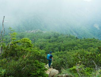 カリマーのバックパックで登山する人