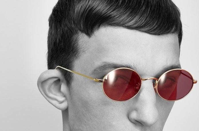 adsrのサングラスをかけた男性