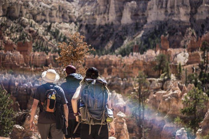 山歩きをするグループ
