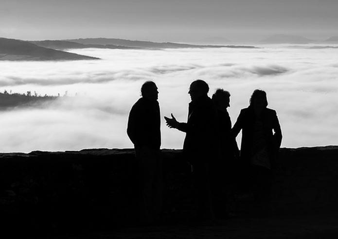 登山中話をしているグループ