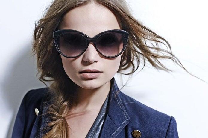 DITAのサングラスをつけた女性