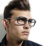 DITAのサングラスをかけた男性