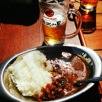 涸沢小屋のカレーとビール