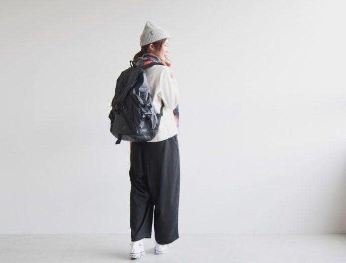 ナイキシャイアンのバックパックを背負った女性