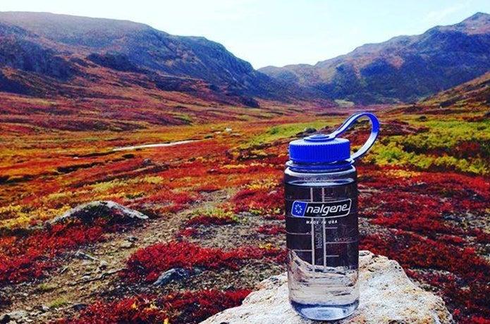 秋の山とナルゲンボトル