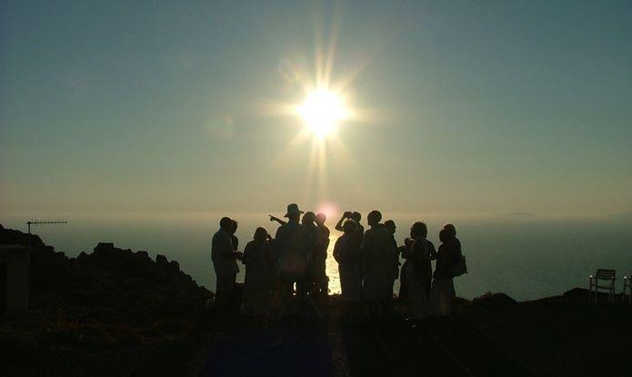 仲間と夕日を見ているパーティ