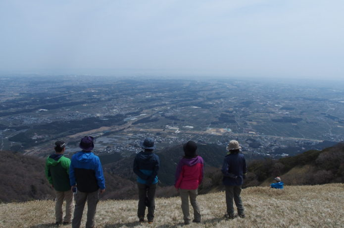 山から景色を見下ろす人々