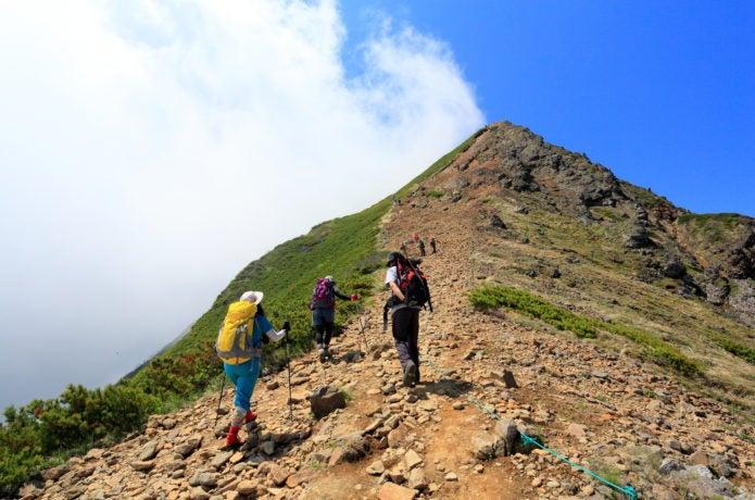 夏山登山する人々