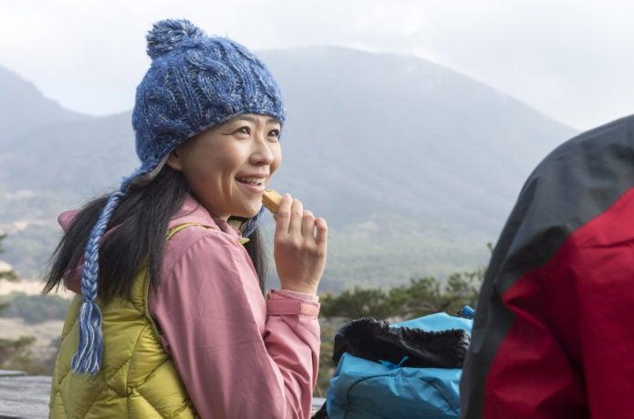 山で会話をしている女性