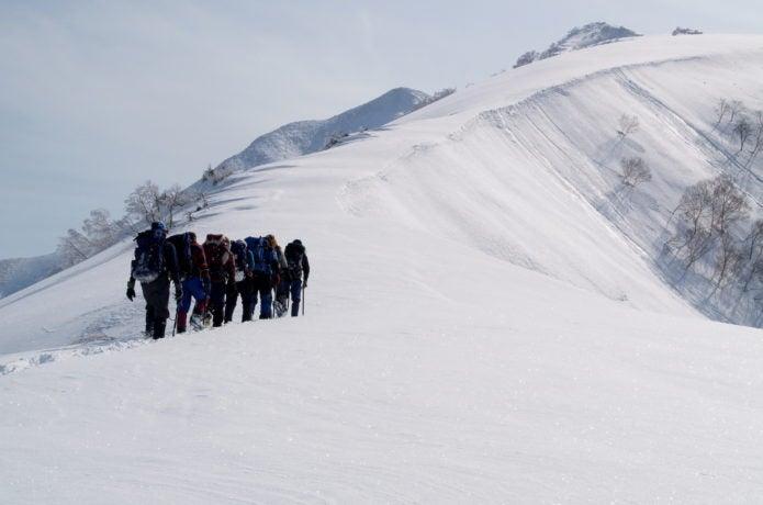 雪山登山をする人々