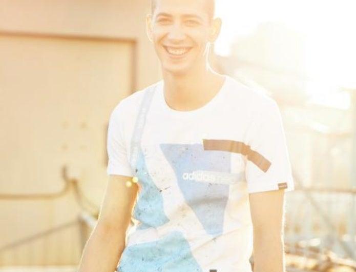 アディダスのTシャツを着ている男性