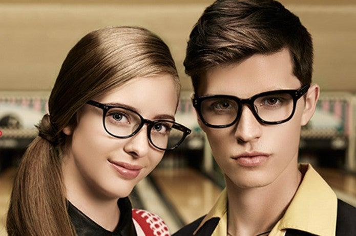 UVカットメガネをかけた男女