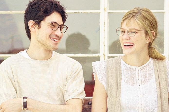 UVカットメガネをかける男女