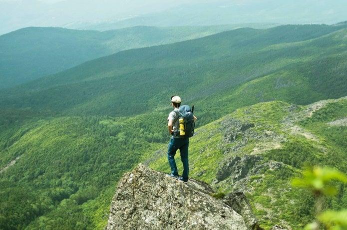 30Lのザックを背負って登山している画像