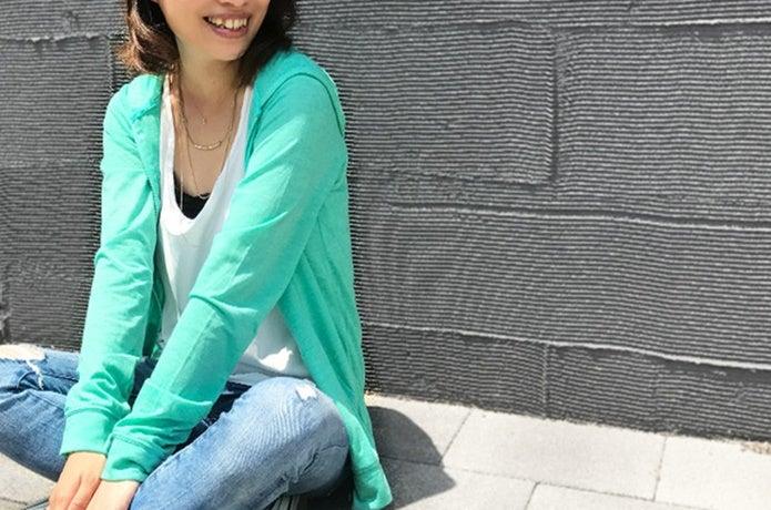 UVカットパーカーを着ている女性