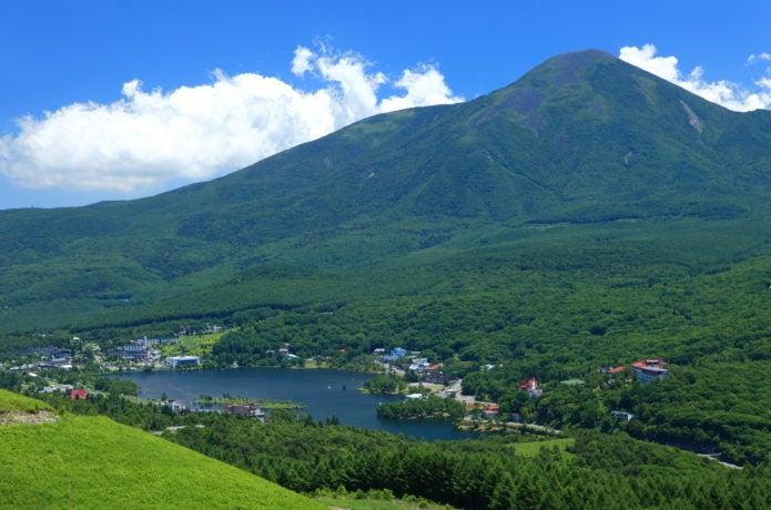 蓼科山と湖の画像
