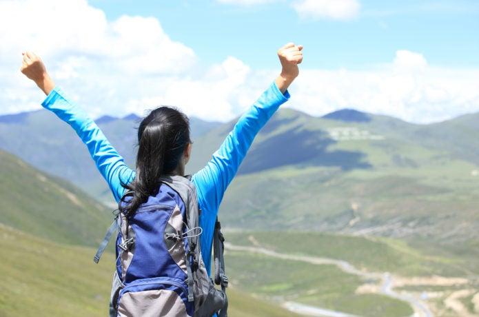 登山する女性の画像
