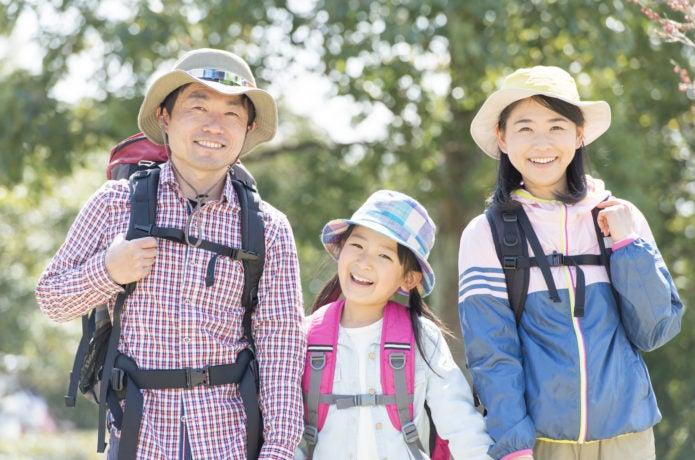 UVカット対策をして登山をする家族の画像