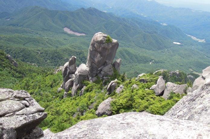 瑞牆山山頂から見た大ヤスリ岩の画像