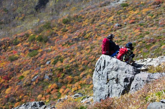 那須岳の紅葉と登山者の画像