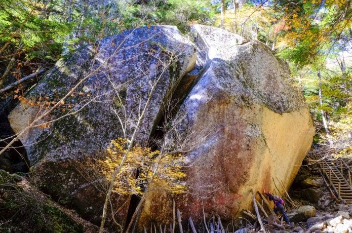 瑞牆山登山で見られる桃太郎岩の画像