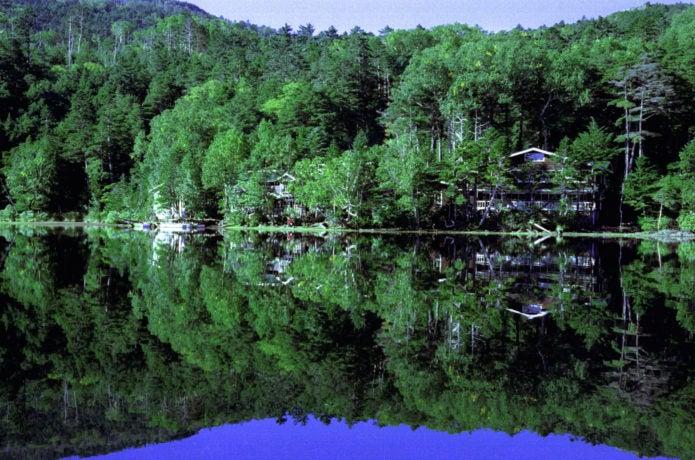 白駒池と山荘の画像