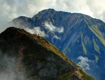 唐松岳稜線から望む雲湧く五竜岳