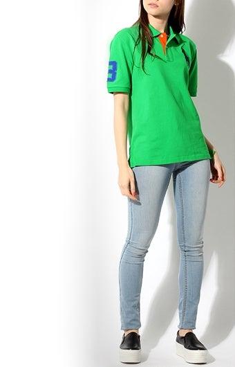 ラルフローレンのポロシャツを着た女性のコーデ画像