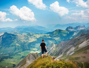 山で佇む男性