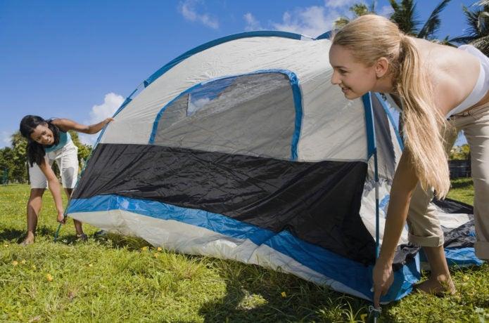 テントを張る女性2人