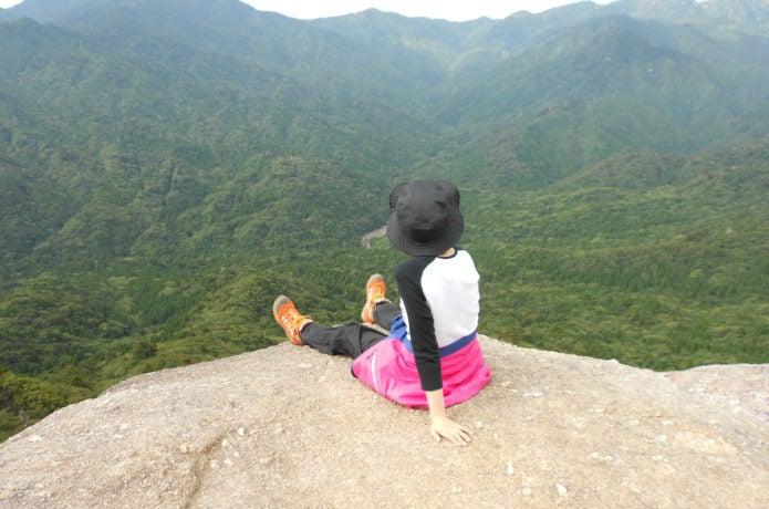 岩の上でくつろぐ登山者