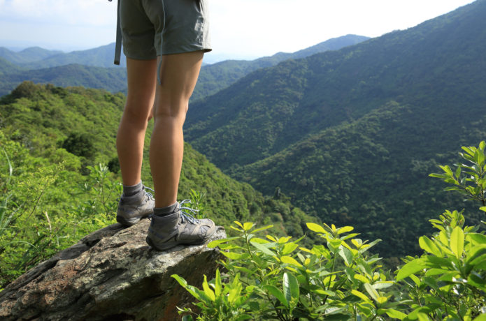 切り立った岩に立つ登山者