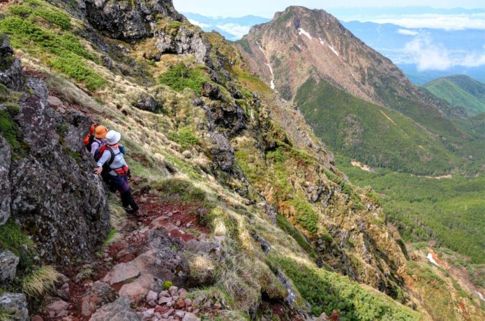 巻き道を行く登山者