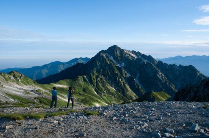 朝の剱岳と登山者