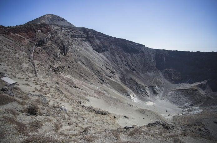 御鉢の火口と高千穂峰