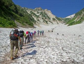 白馬大雪渓を登る登山者