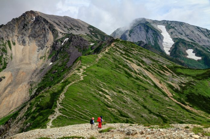 白馬稜線を行く登山者と杓子岳・白馬鑓