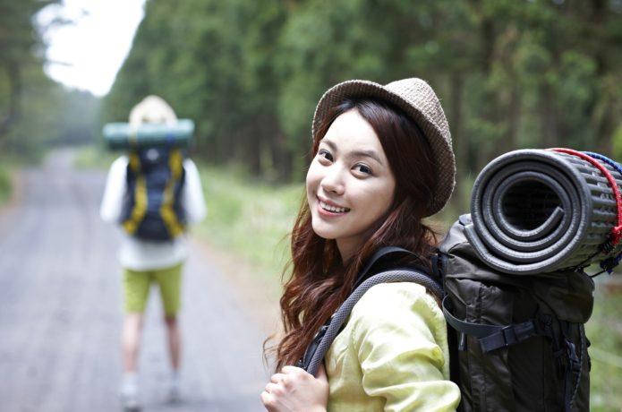笑顔の女性登山者