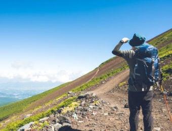 登山中の男性