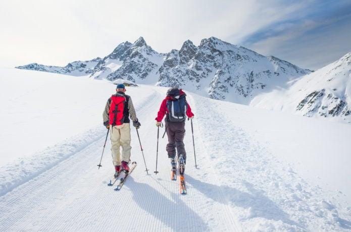 雪の上を歩く登山者