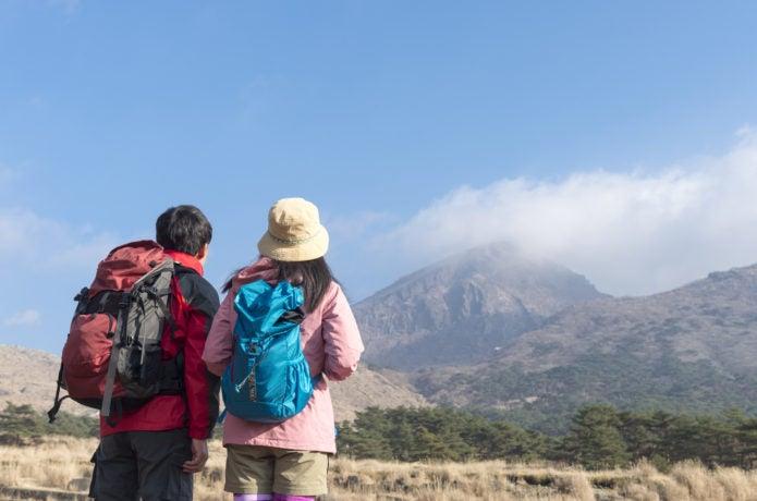 山を見つめる登山者
