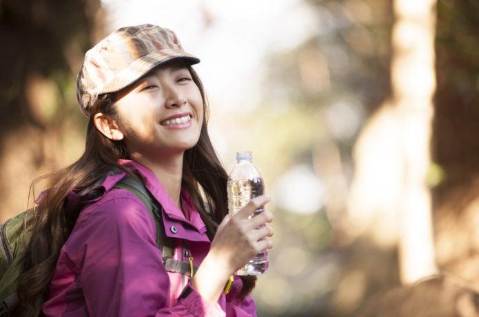 登山中笑顔の女性