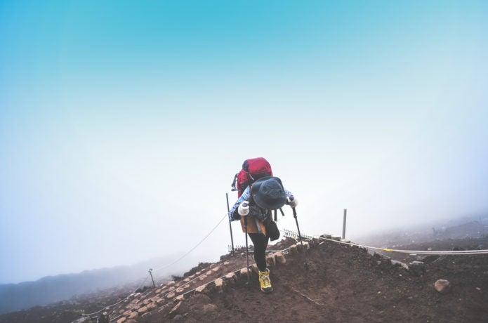 辛そうな登山者