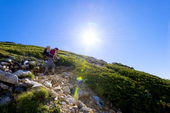 北アルプスを行く登山者