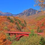 八ヶ岳と東沢大橋の紅葉