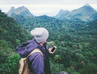 山で地図アプリを見る登山者