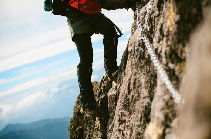 足場の悪いところを行く登山者