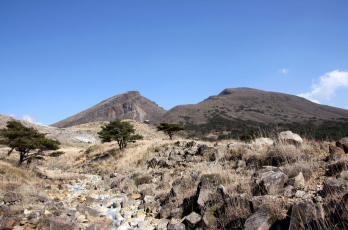 硫黄山のゴツゴツした登山道