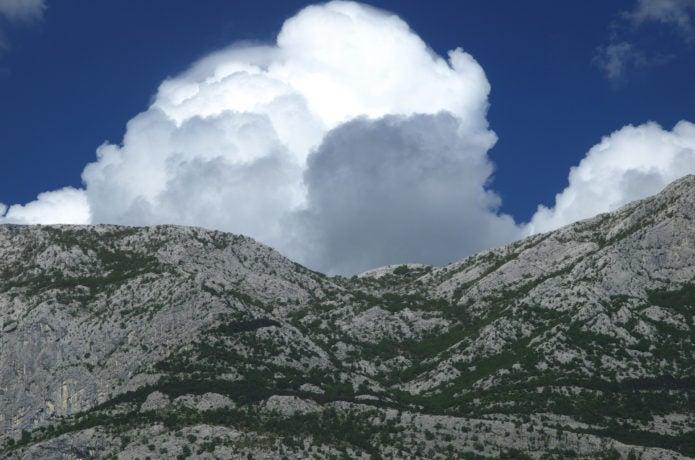山に湧く雲