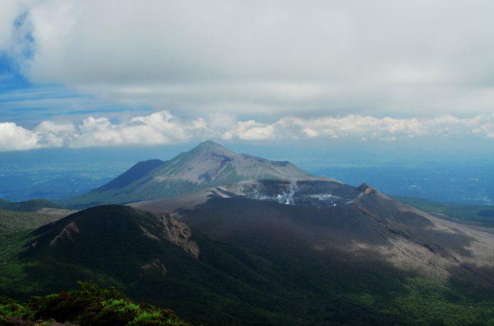 韓国岳山頂より望む高千穂峰と新燃岳